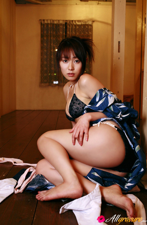 momoko-tani-naked-asian-gravure-model