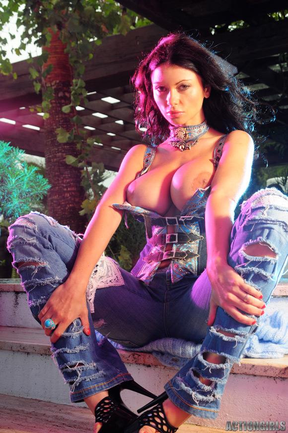 naked-action-girl-veronica-zemanova-in-busty-babe