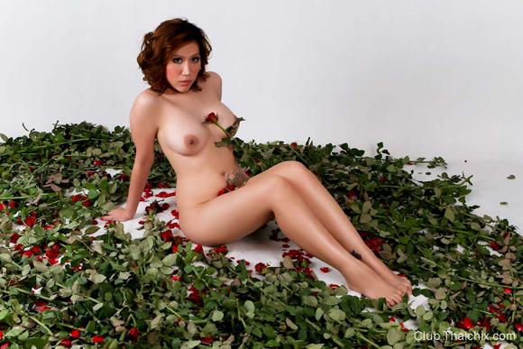 rayko-posing-her-big-breasts