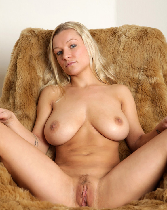 Busty Girl Seducing You With Her Hot Naked Body - irAmateur