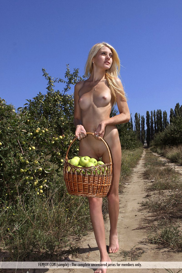 anja-c-in-apple-season