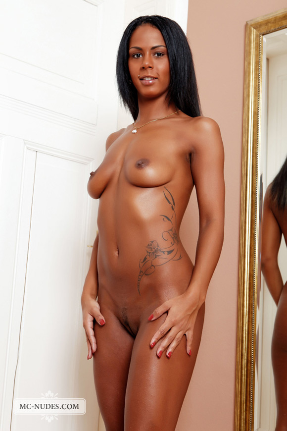 chocolate-beauty-posing-completely-naked-in-a-mirror