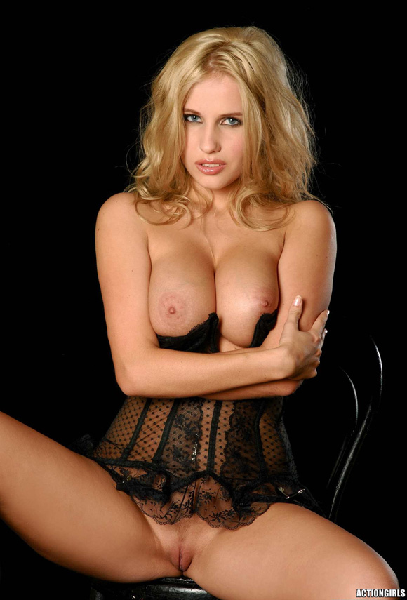 naked-action-girl-angie-in-hot-and-dark