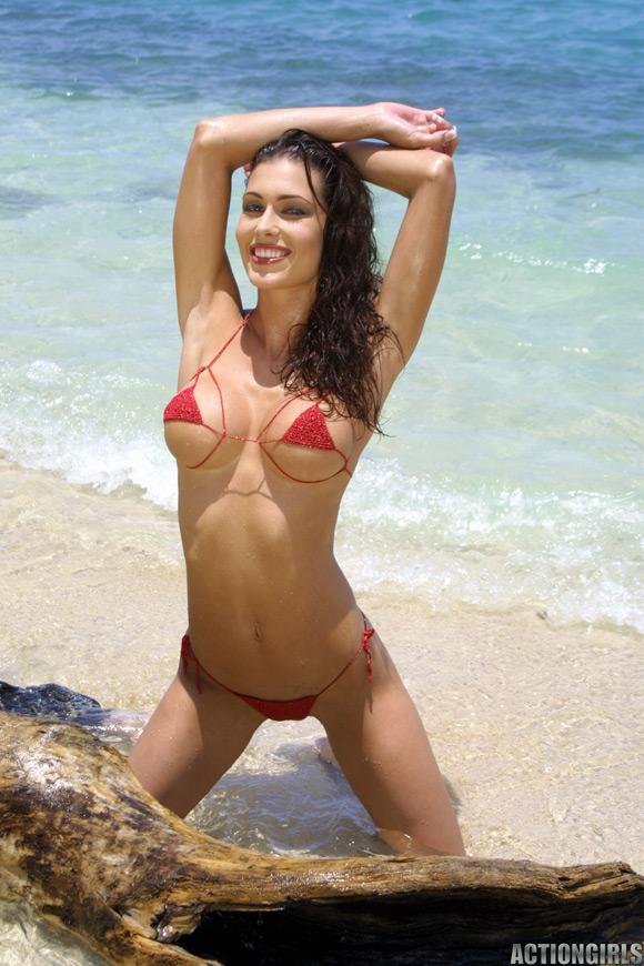 naked-action-girl-jessica-on-the-beach