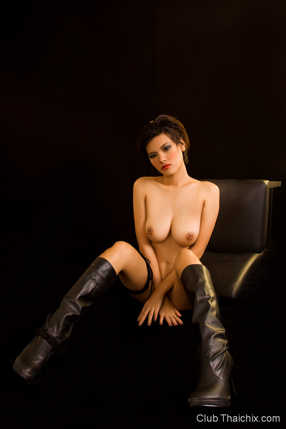 roxie-in-leather-boots-posing-her-big-tits