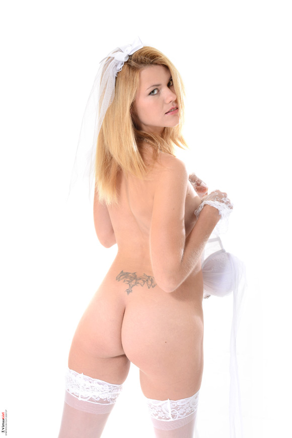 izzy-in-angelic-naked-virtuagirl